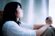 浮気調査のタイミングを計る女性